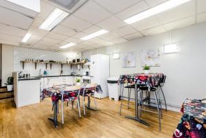 Fullt utrustat kök med spis, micro, kylskåp och vattenkokare.